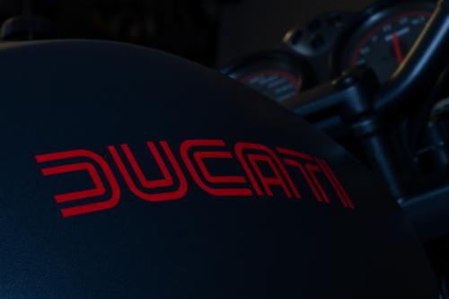 Makroaufnahme Ducati-Schriftzug auf Motorrad-Tank