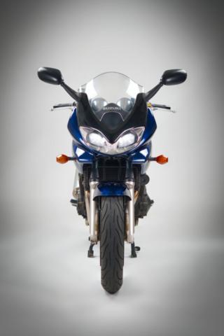 Studiofoto einer Suzuki Bandit 1200 S (Frontal)