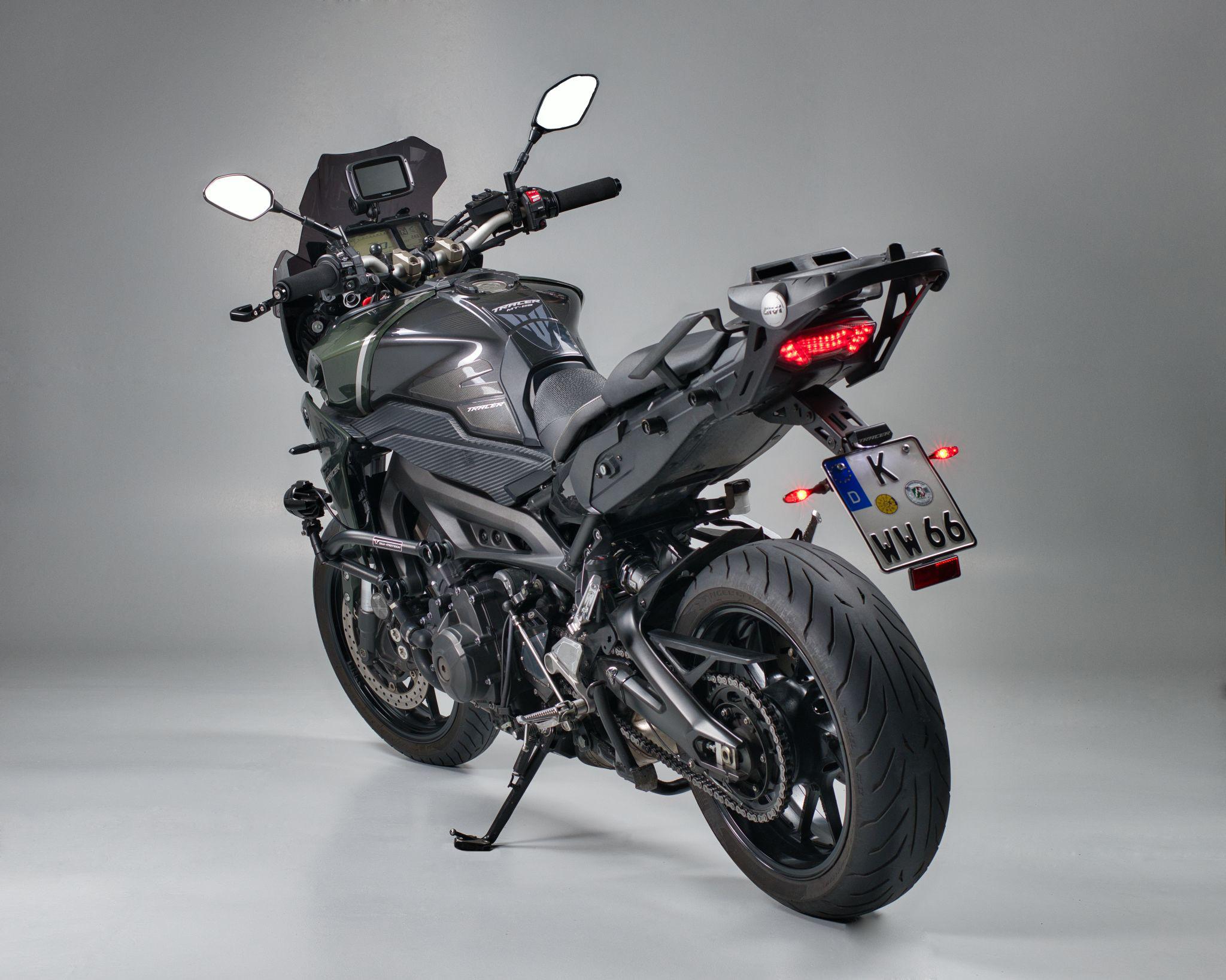 Studiofoto einer Yamaha MT-09 Tracer (schräg links hinten)