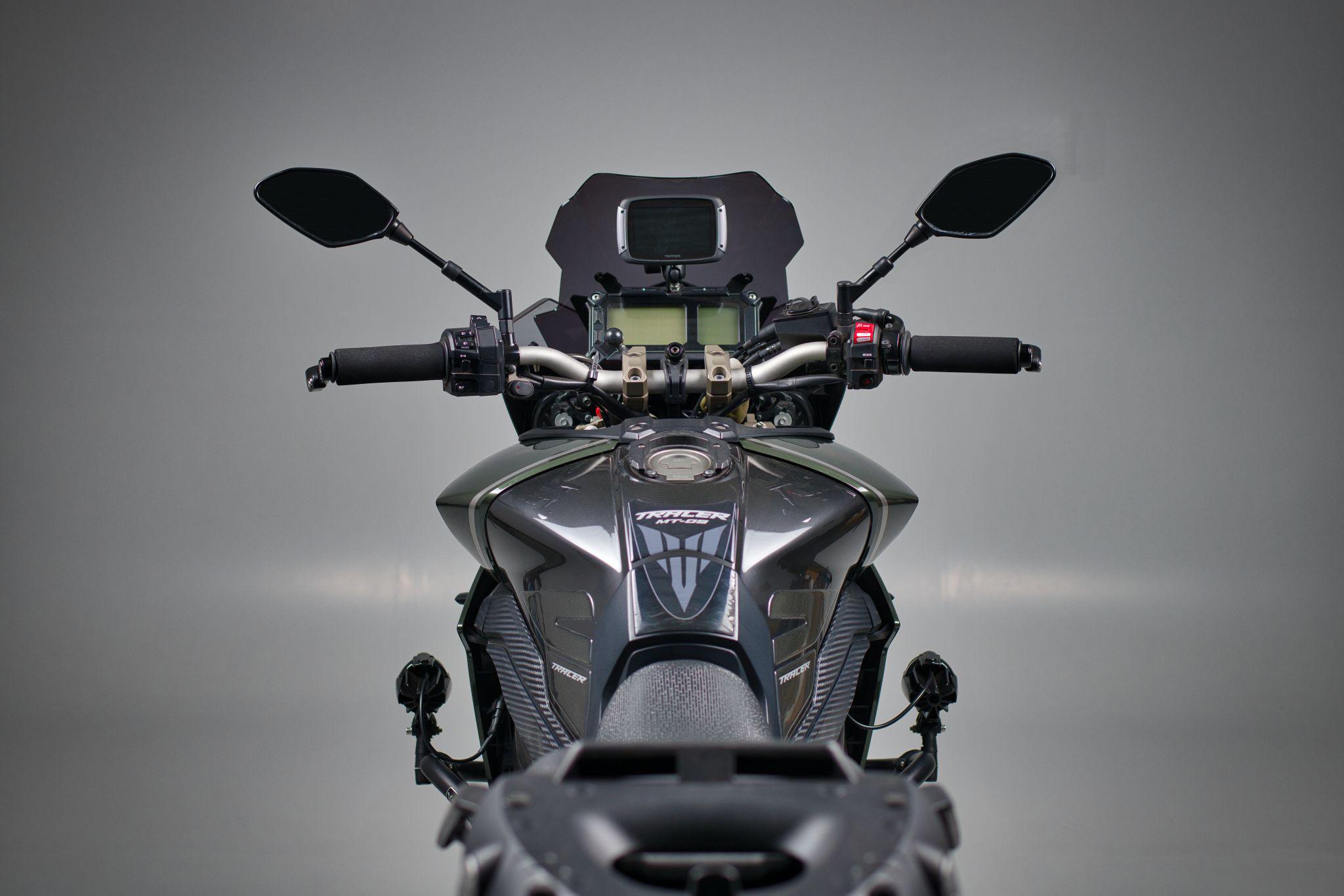 Studiofoto einer Yamaha MT-09 Tracer (Tank + Cockpit)