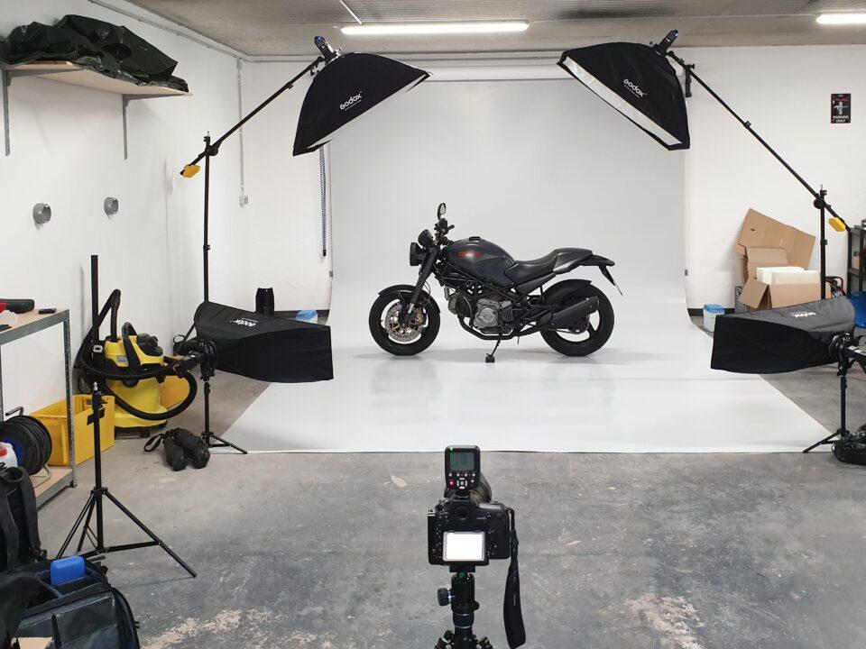 Motorrad in Foto-Studio