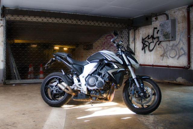Honda CB 1000 R in Parkhaus vor Graffiti
