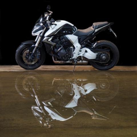 Honda CB 1000 R Spiegelbild (Spiegelung in Pfütze)