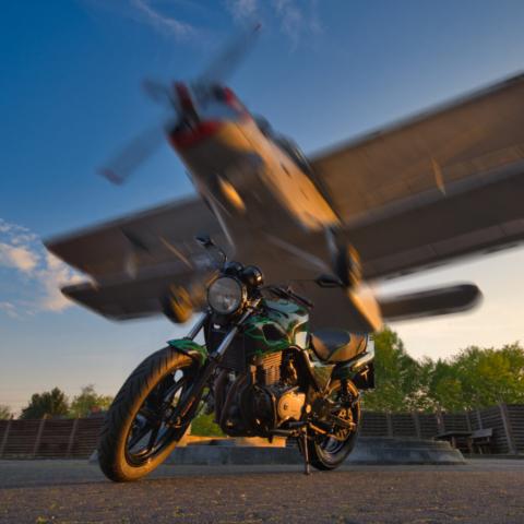 Honda CB 500 vor Flugzeug