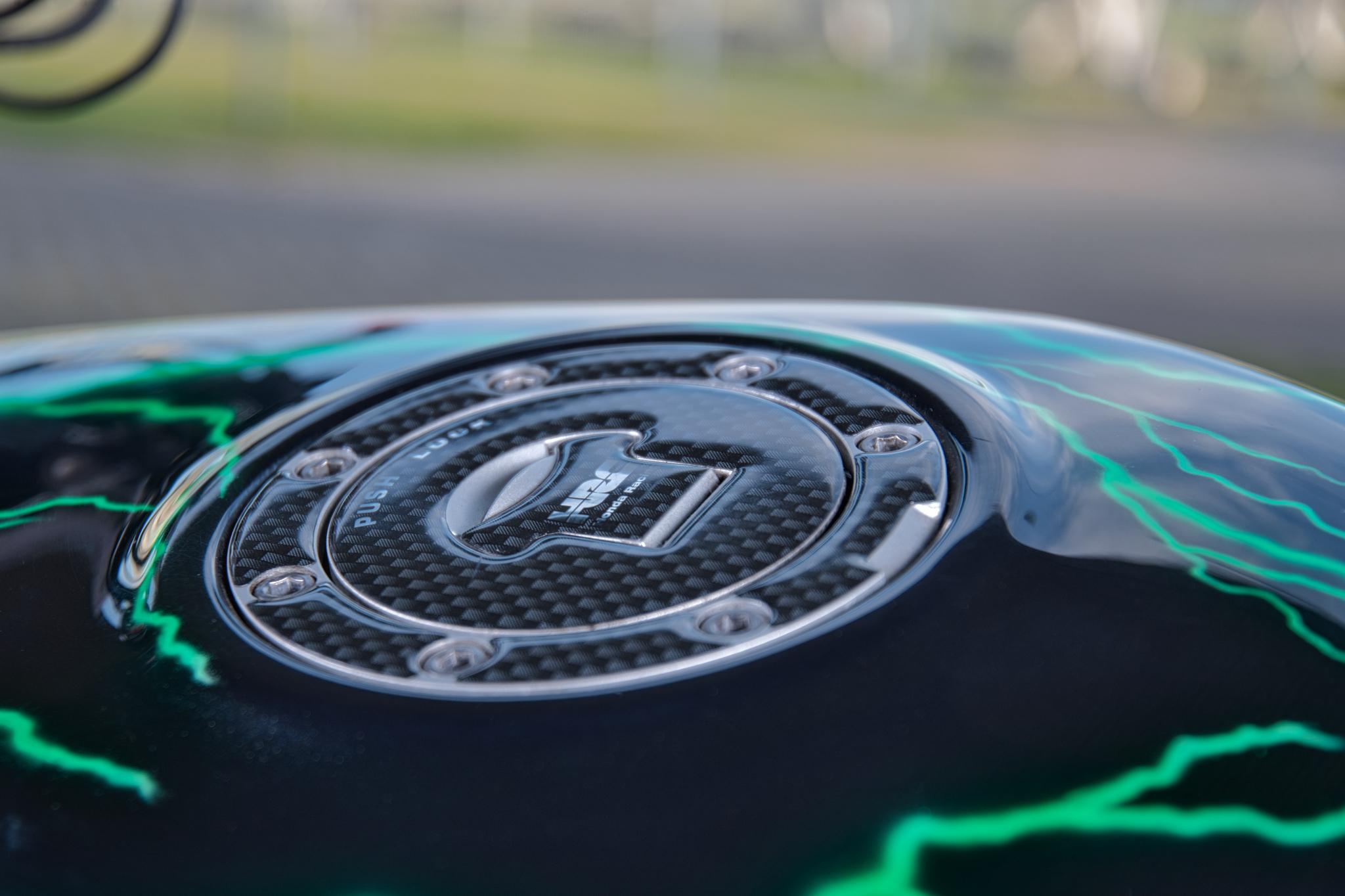 Tankdeckel einer mit Blitzen lackierten Honda CB 500 (Airbrush)