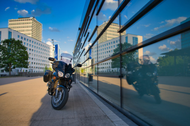 Spiegelung einer Honda CBF 1000 in Fensterscheibe